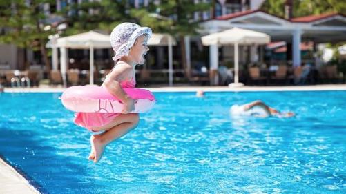 niña-piscina